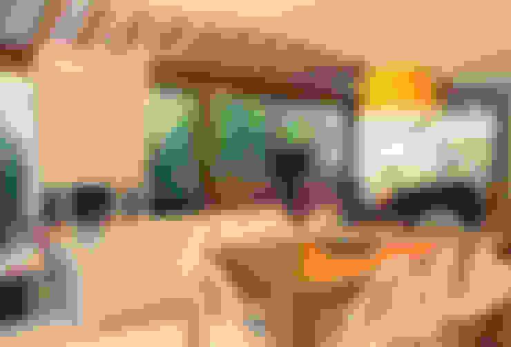 CASA INTEGRADA AO VERDE: Salas de jantar  por RAC ARQUITETURA