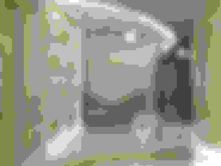 Квартира для артистической натуры: Коридор и прихожая в . Автор – Interior Design Studio Tut Yut