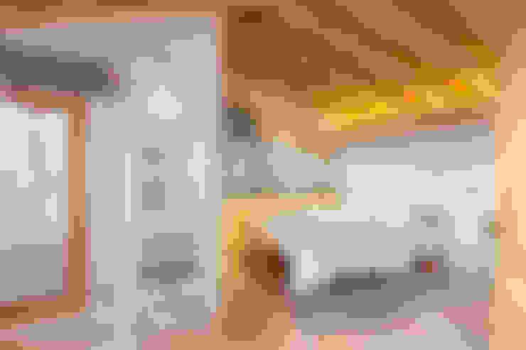 Camera da letto in stile  di pedro quintela studio