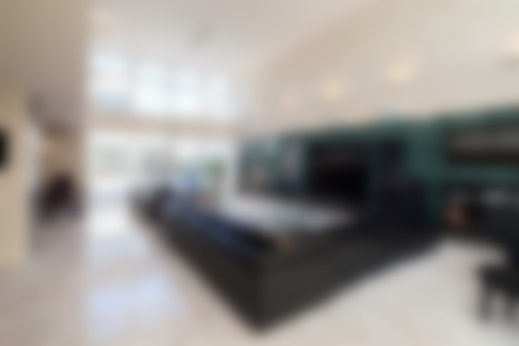 Living room by 株式会社 t2・アーキテクトデザイン 一級建築士事務所