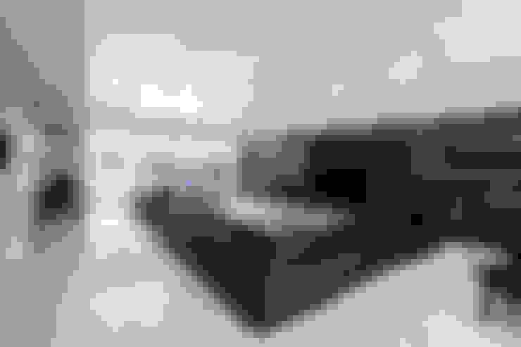 K HOUSE: 株式会社 t2・アーキテクトデザイン 一級建築士事務所が手掛けたリビングです。