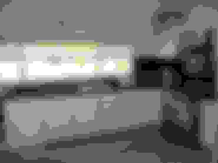 Kitchen by Fainzilber Arqts.