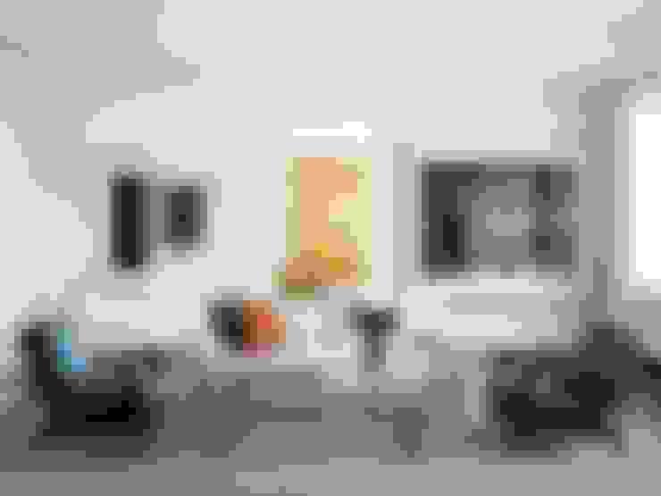 Paredes decoradas com fotos : Sala de estar  por Casa de Valentina