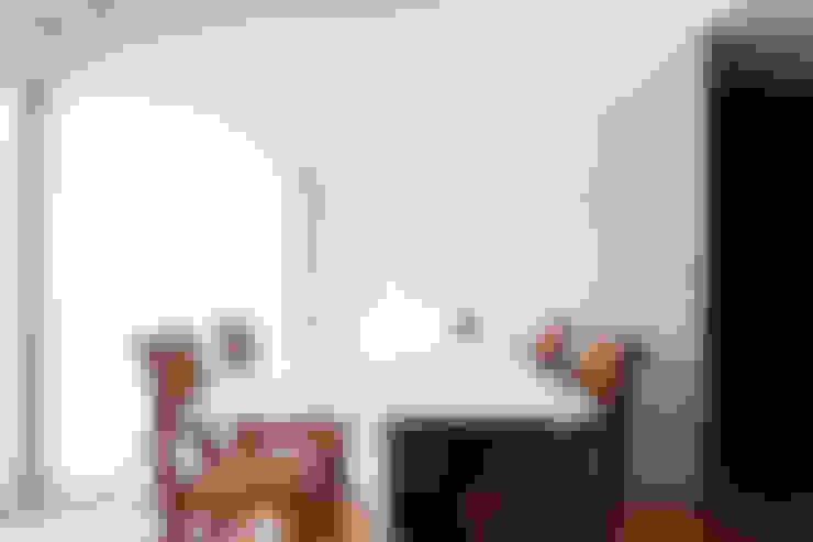 Mesa rebatível: Salas de jantar  por UMA Collective - Architecture