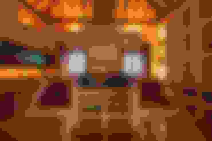 Yassmine:  Kitchen by Rita Mody Joshi & Associates