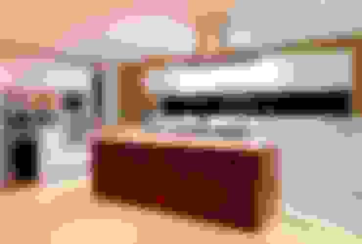 Projeto Residencial - Manguinhos, Búzios: Cozinhas  por Mônica Gervásio Arquitetura & Design