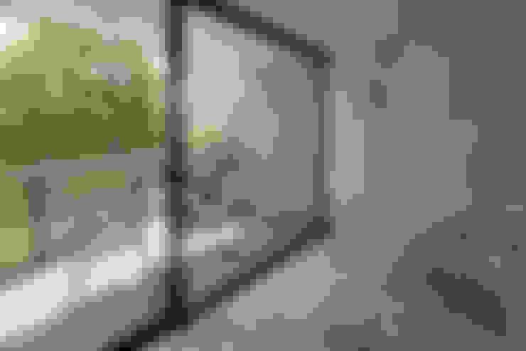 Bathroom by 株式会社  小林恒建築研究所