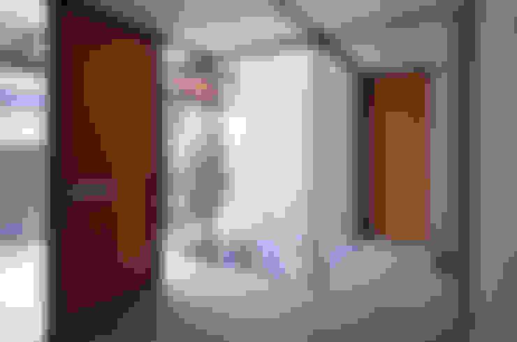 南郷町の家: 株式会社  小林恒建築研究所が手掛けた廊下 & 玄関です。