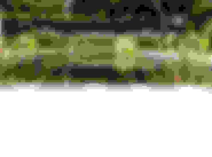 Strakke vijver met waterspel:  Tuin door Stoop Tuinen
