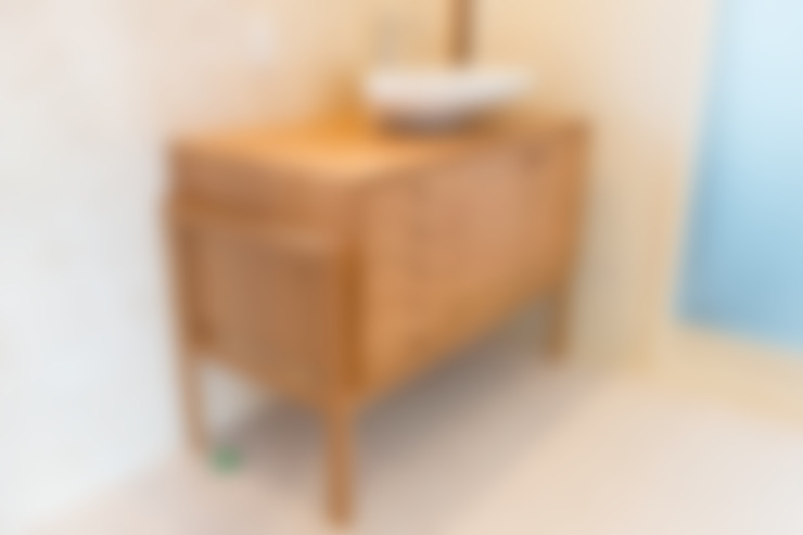 ブラックチェリー材の洗面台: Vigore interior&galleryが手掛けた洗面所&風呂&トイレです。