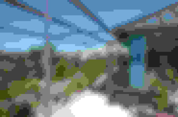 屋上を大地にして住宅をつくる: ユミラ建築設計室が手掛けたテラス・ベランダです。
