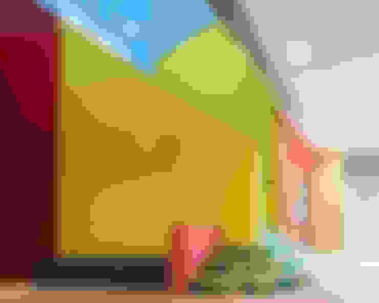 通り抜け通路のある建物: ユミラ建築設計室が手掛けた廊下 & 玄関です。