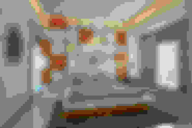 Dormitorios de estilo  por Neelanjan Gupto Design Co
