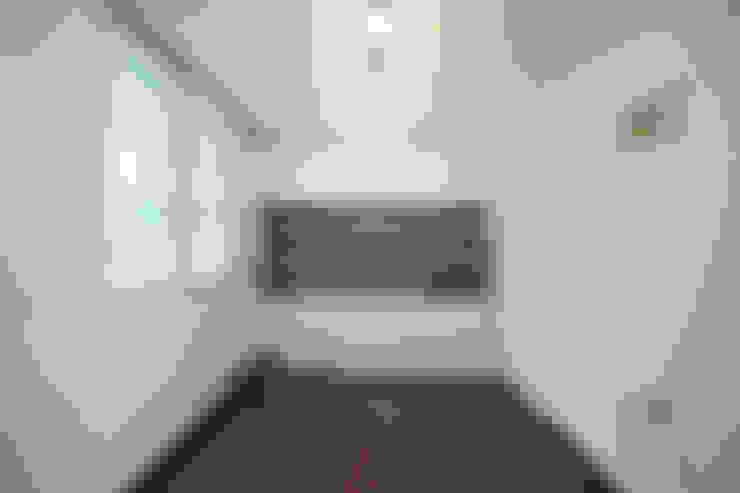 Camera da letto in stile  di DESIGNSTUDIO LIM_디자인스튜디오 림