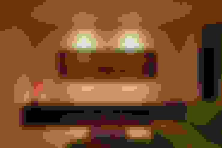 数寄屋の精神が息づく家: 株式会社蔵持ハウジングが手掛けたリビングです。