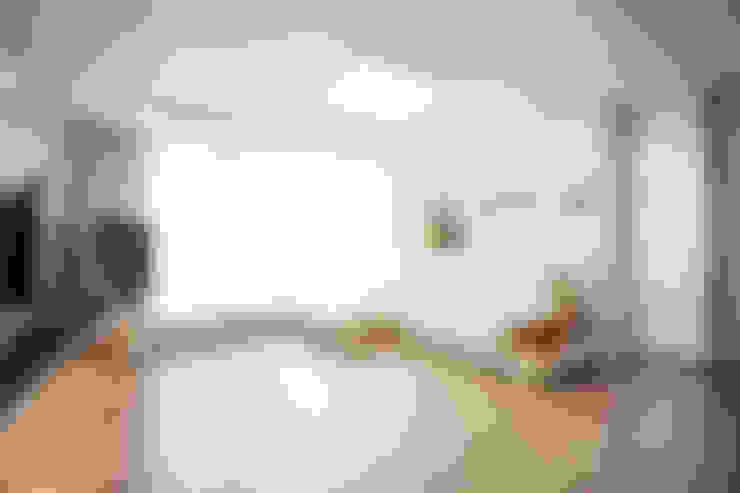러블리한 다락방이 있는 인테리어: 퍼스트애비뉴의  거실