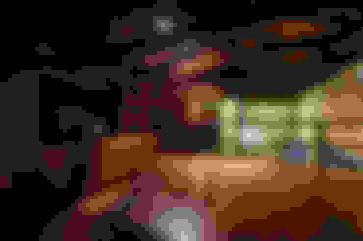 Mezzanine: plataforma habitación, escalera, claraboya.: Habitaciones de estilo  por SDHR Arquitectura