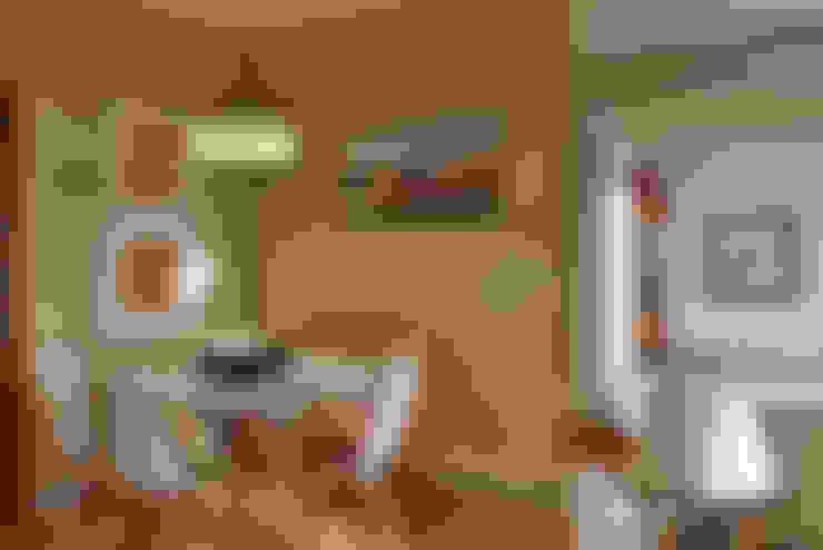 Uma casa antiga repleta de cor: Salas de jantar  por Architect Your Home