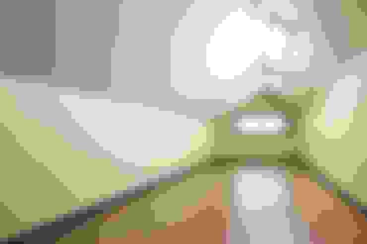 햇살품은 미니멀리즘 주택   [용인 방아리]: 윤성하우징의  차고