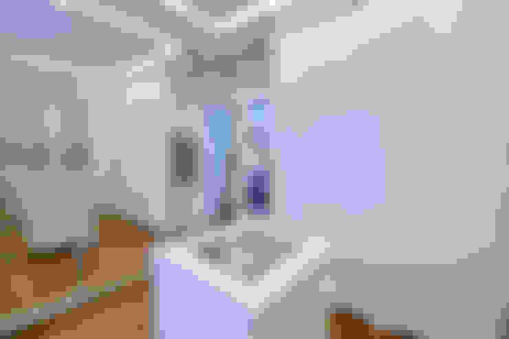 Walk in closet de estilo  por Tania Bertolucci  de Souza     Arquitetos Associados