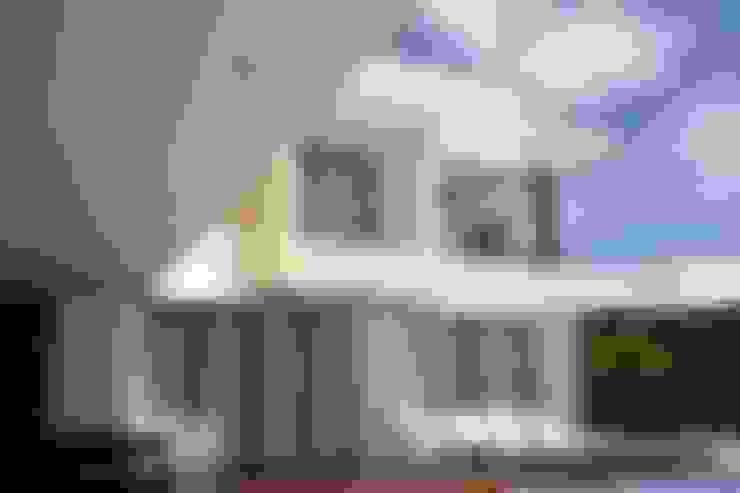 Perspectiva terraza en deck perteneciente a la zona de piscina.: Casas de estilo  por Camilo Pulido Arquitectos