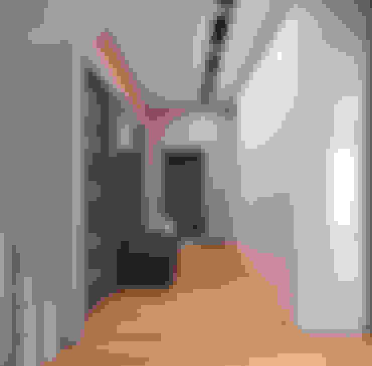 Дом для дружной семьи: Коридор и прихожая в . Автор – студия дизайна 'Крендель'