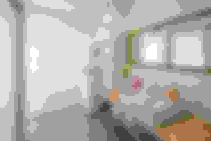 仲良し家族がつくる家: LITTLE NEST WORKSが手掛けた浴室です。