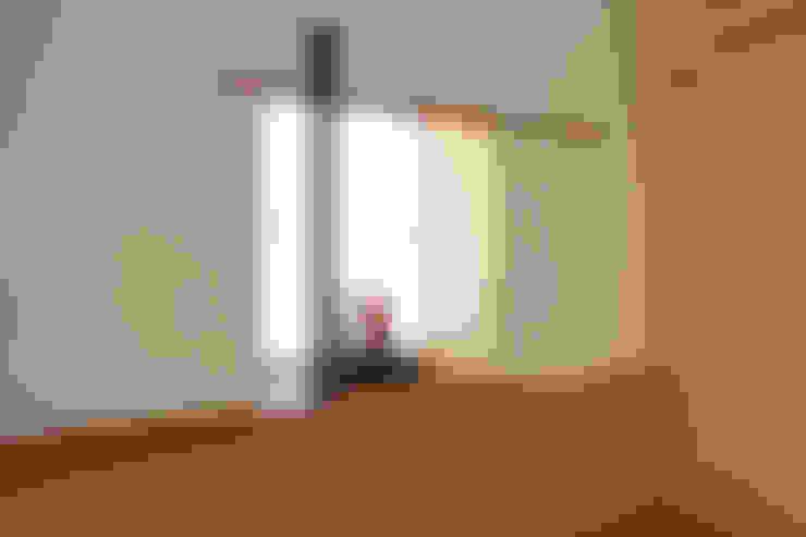 """""""床の間""""に見立てた出窓: シーズ・アーキスタディオ建築設計室が手掛けたリビングです。"""