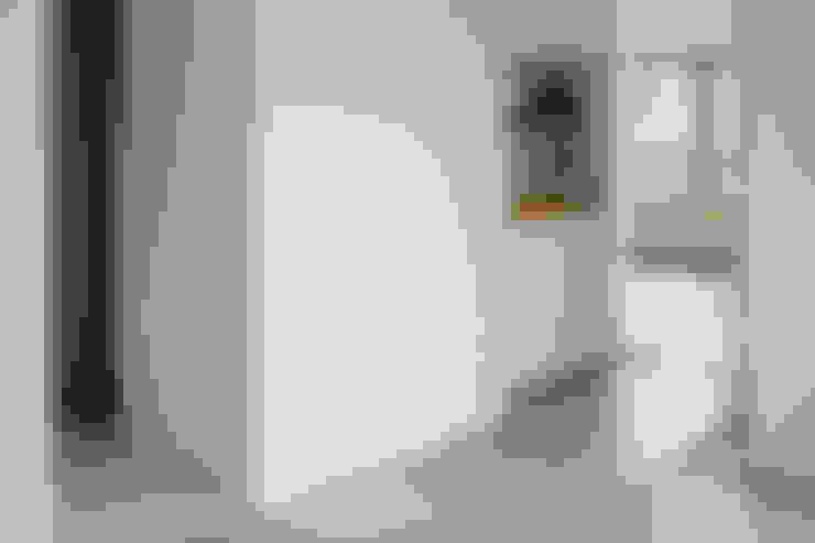 土間: 内田雄介設計室 が手掛けた廊下 & 玄関です。