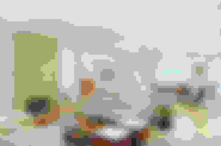 Living room by studio VIVADESIGN POR FLAVIA PORTELA ARQUITETURA + INTERIORES
