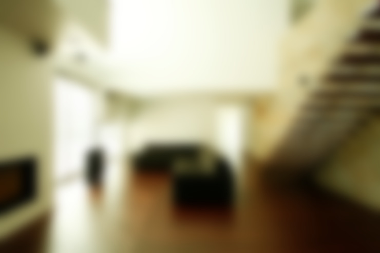 Vista da Sala de Estar e Escada Interior: Salas de estar  por Central Projectos
