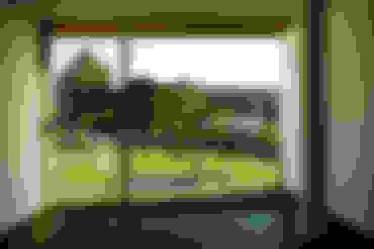 Vista do exterior a partir de um dos quartos : Terraços  por Central Projectos