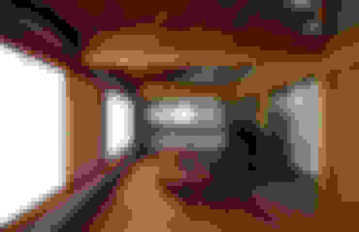 秋谷海岸の家: 森林・環境建築研究所が手掛けたリビングです。