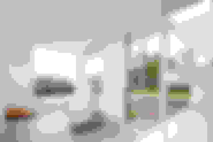 Residencia PG: Salas de estar  por F:POLES ARQUITETOS ASSOCIADOS