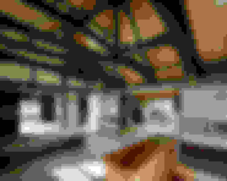 sya 古民家再生: 西本建築事務所 一級建築士事務所が手掛けた廊下 & 玄関です。