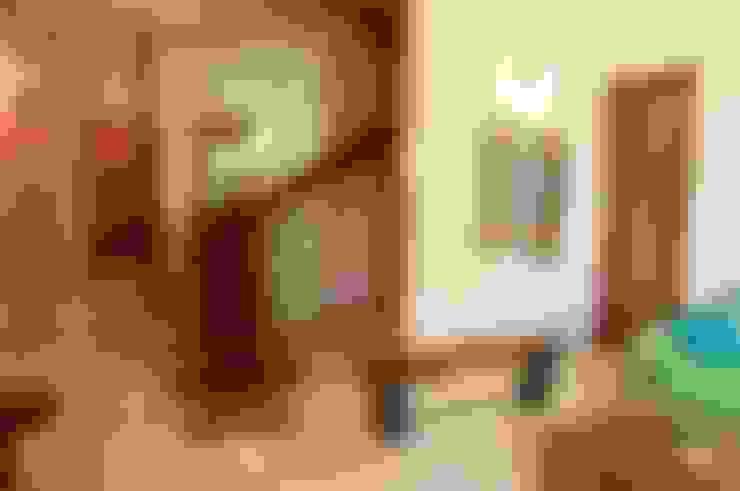 Bungalow in Bhuj:  Corridor & hallway by Design Kkarma (India)