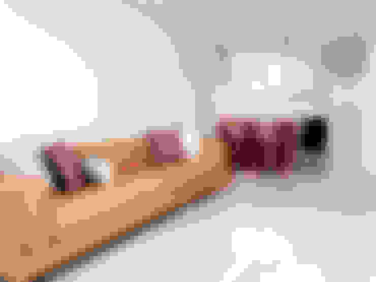 세련된 와인컬러 포인트 인테리어와 싱그러운 아이공부방 구경하기: 퍼스트애비뉴의  거실