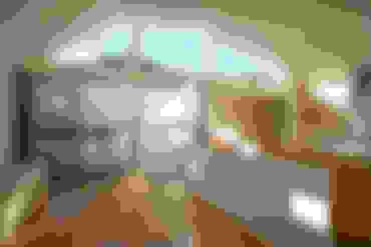 空と暮らす家: 設計事務所アーキプレイスが手掛けたリビングです。