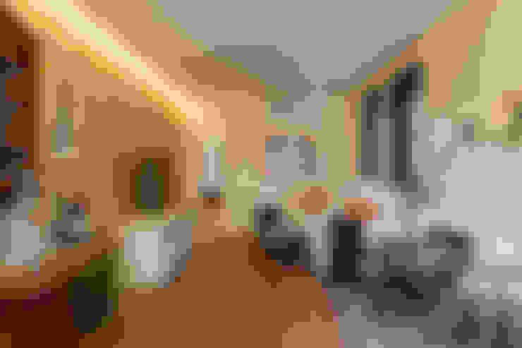 Salas multimedias de estilo  por Tria Arquitetura