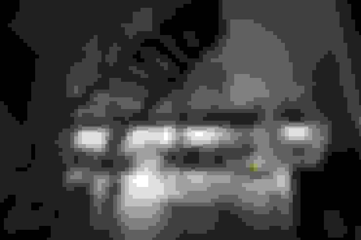 Grote glasvlakken op het zuiden:  Keuken door STUDIO = architectuur