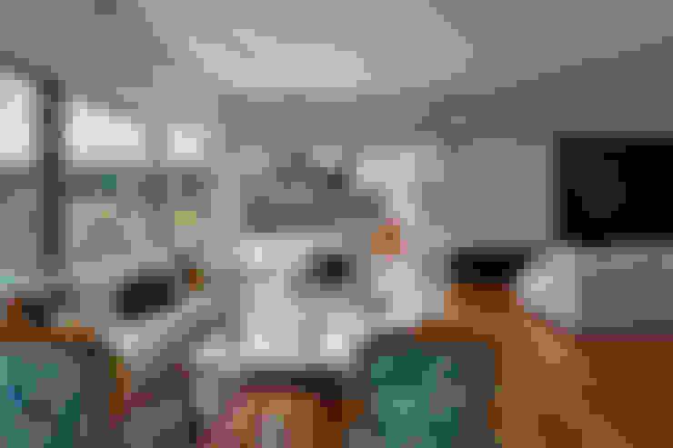Casa Bosque da Ribeira: Salas de estar  por Lanza Arquitetos