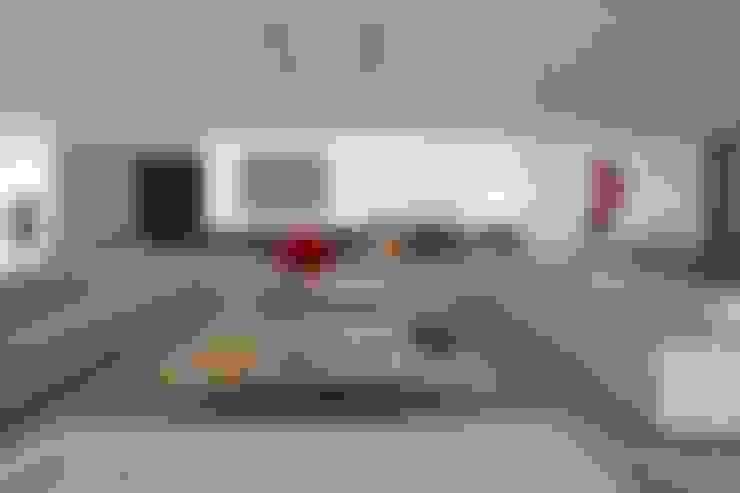 Casa nas Mangabeiras: Salas de estar  por Lanza Arquitetos