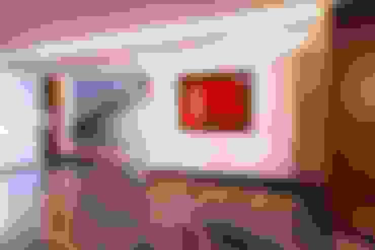 Couloir et hall d'entrée de style  par URBN