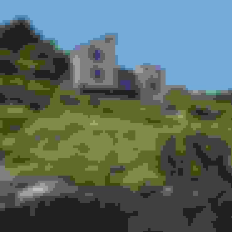 บ้านและที่อยู่อาศัย by Arco2 Architecture Ltd