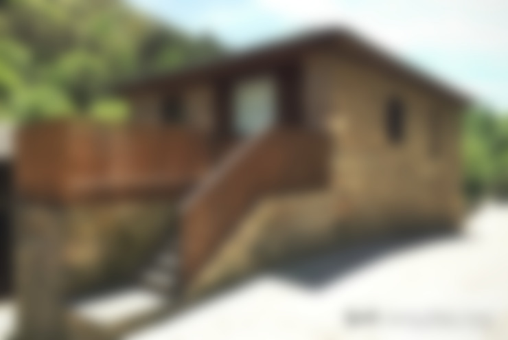 Volumen reformado. Terraza de acceso y barandilla de madera y acero: Casas de estilo  de b+t arquitectos