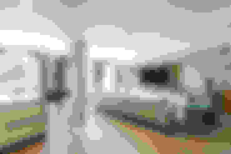 Interior design of a living room in contemporary hous on Cote d'Azur.: Soggiorno in stile  di NG-STUDIO Interior Design