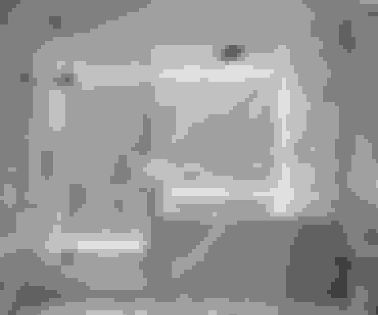 Bathroom by Lilian H. Weinreich Architects