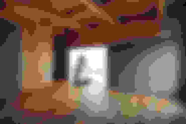 Study/office by 桑原茂建築設計事務所 / Shigeru Kuwahara Architects