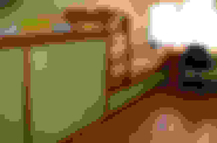 Habitaciones infantiles de estilo  por RIBA MASSANELL S.L.