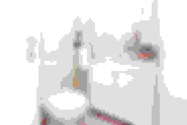 Um apartamento com um toque descontraído de campo em plena cidade.: Casas de banho  por alma portuguesa